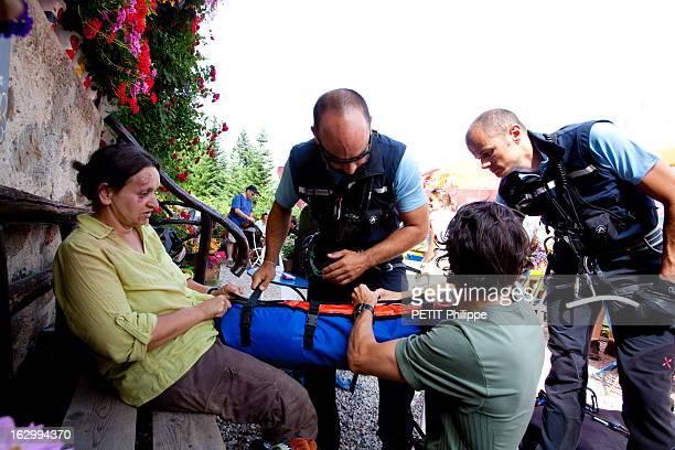 The High Mountain Rescue Policemen Paris Match a accompagné pendant 15 jours à Chamonix et Modane l'équipe de secours du peloton de gendarmerie de...