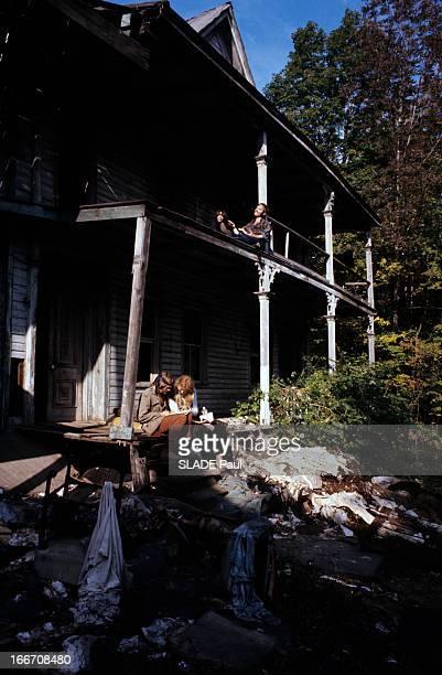 The Hippies Aux EtatsUnis en octobre 1969 reportage dans une communauté hippie un homme et une femme portant des vêtements de hippie les cheveux...