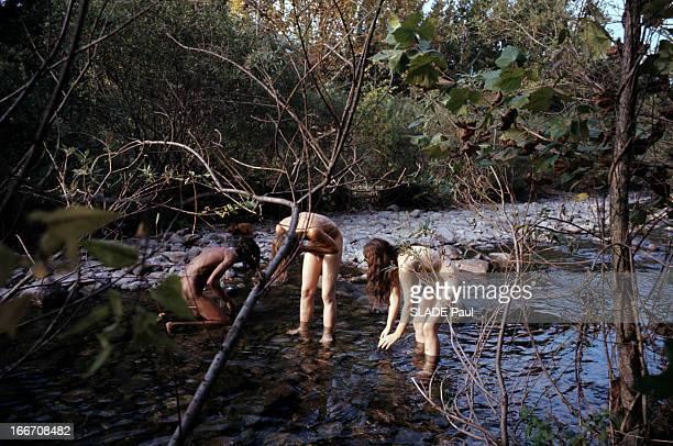 The Hippies Aux EtatsUnis en octobre 1969 reportage dans une communauté hippie deux hommes et une femmes se lavant se baignant nus dans une rivière...