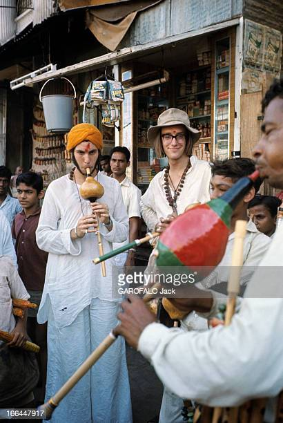 On The Road Of India And Afghanistan Inde août 1971 sur la nouvelle route des Indes à Bénarès un hippie venu de Boston vêtu à l'indienne joue du...