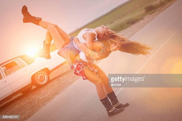 Le bas de bikini fille se porter sur le dos de la femme ami (e)