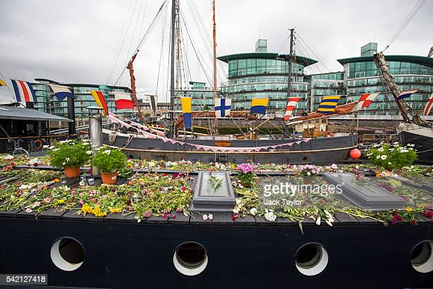 The houseboat of the late Jo Cox covered in floral tributes at Hermitage Moorings on the River Thames June 22 2016 in London United Kingdom A...