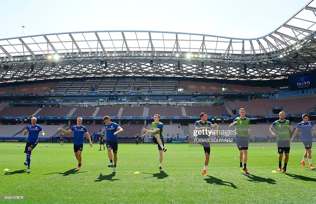The Iceland squad train at at the Allianz Riviera stadium in Nice, south east France, on June 26, 2016, during the Euro 2016 football tournament. / AFP / TOBIAS