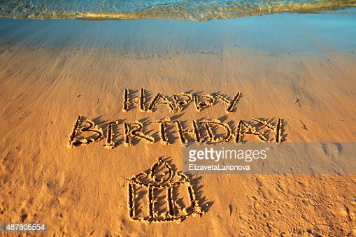 Linscription Joyeux Anniversaire Sur La Plage Photo Thinkstock