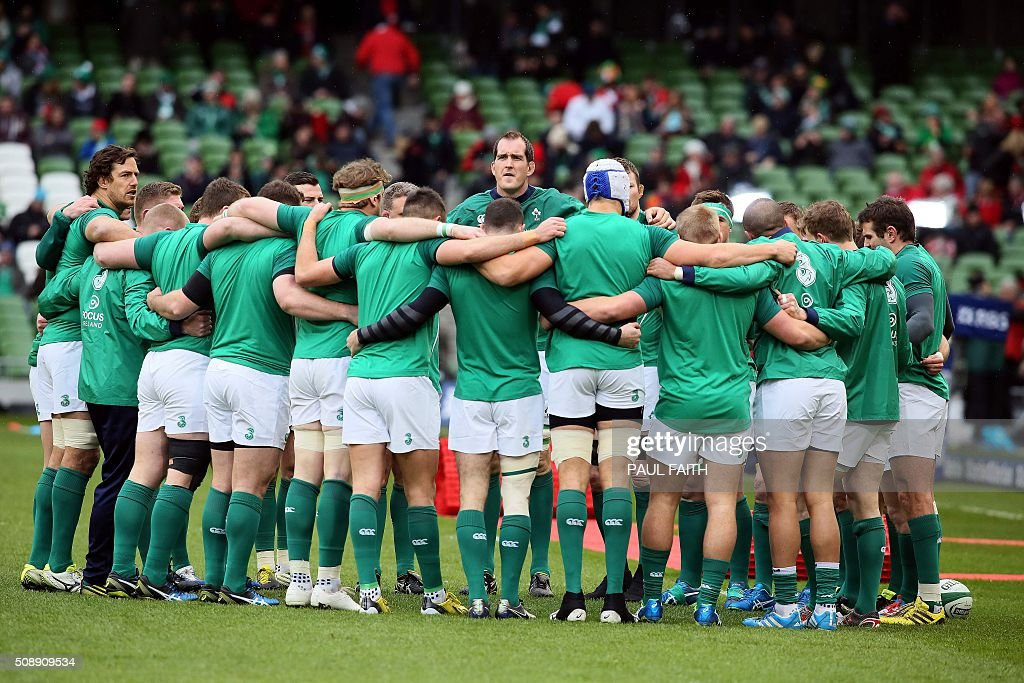 The Irish team huddle on the pitch ahead of the Six Nations international rugby union match between Ireland and Wales at the Aviva Stadium in Dublin, Ireland, on February 7, 2016. / AFP / PAUL FAITH