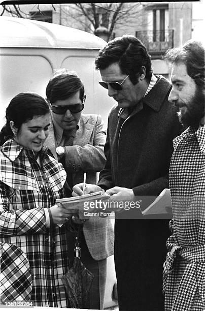 The Italian acor Marcello Mastroianni signs autographs in a rest of the filming 'Dramma della gelosia' 10th January 1970 Madrid Spain