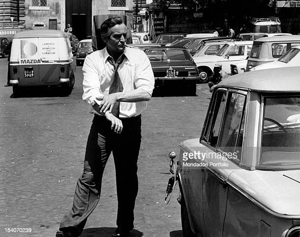 The Italian actor and director Vittorio Gassman rolling up his sleeves in the film We All Loved Each Other So Much Rome 1974