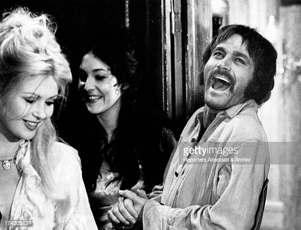 The Italian actor Franco Nero with the US actress and former model Pamela Tiffin are laughing in a scene of the film Los amigos directed by Paolo...