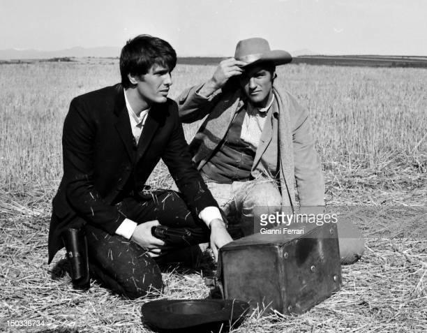 The Italian actor Giuliano Gemma and the Italian boxer Nino Benvenuti former world Champion filming near Madrid the movie 'Vivos o preferiblemente...