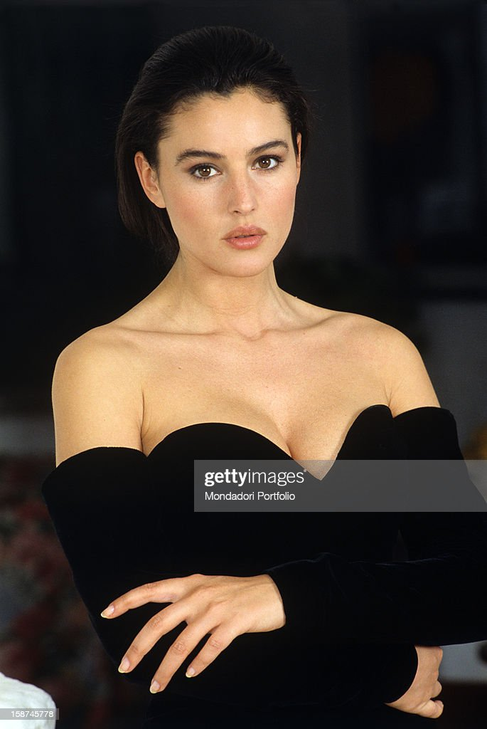 ¿Cuánto mide Monica Bellucci? - Altura - Real height The-italian-actress-and-model-monica-bellucci-poses-in-an-alluring-picture-id158745778