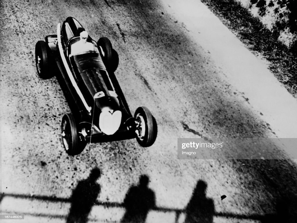 The Italian motorcycle and automobile racer Tazio Giorgio Nuvolari (1892-1953) in a twin-engined Alfa Romeo racing car on the route Florence to the sea. About 1934. Photograph. (Photo by Imagno/Getty Images) Der italienische Motorrad- und Automobilrennfahrer Tazio Giorgio Nuvolari (18921953) probt in einem zweimotorigen Alfa Romeo-Rennwagen auf der Strecke Florenz zum Meer. Um 1934. Photographie.