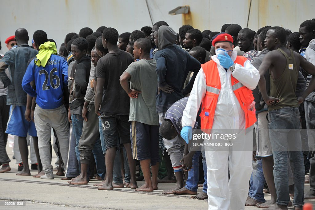 The Italian Navy ship 'Vega' arrives with more than 600 migrants and refugees on May 29, 2016 in the port of Reggio Calabria, southern Italy. A week of shipwrecks and death in the Mediterranean culminated today with harrowing testimony from migrant survivors who said another 500 people including 40 children had drowned, bringing the number of feared dead to 700. / AFP / GIOVANNI
