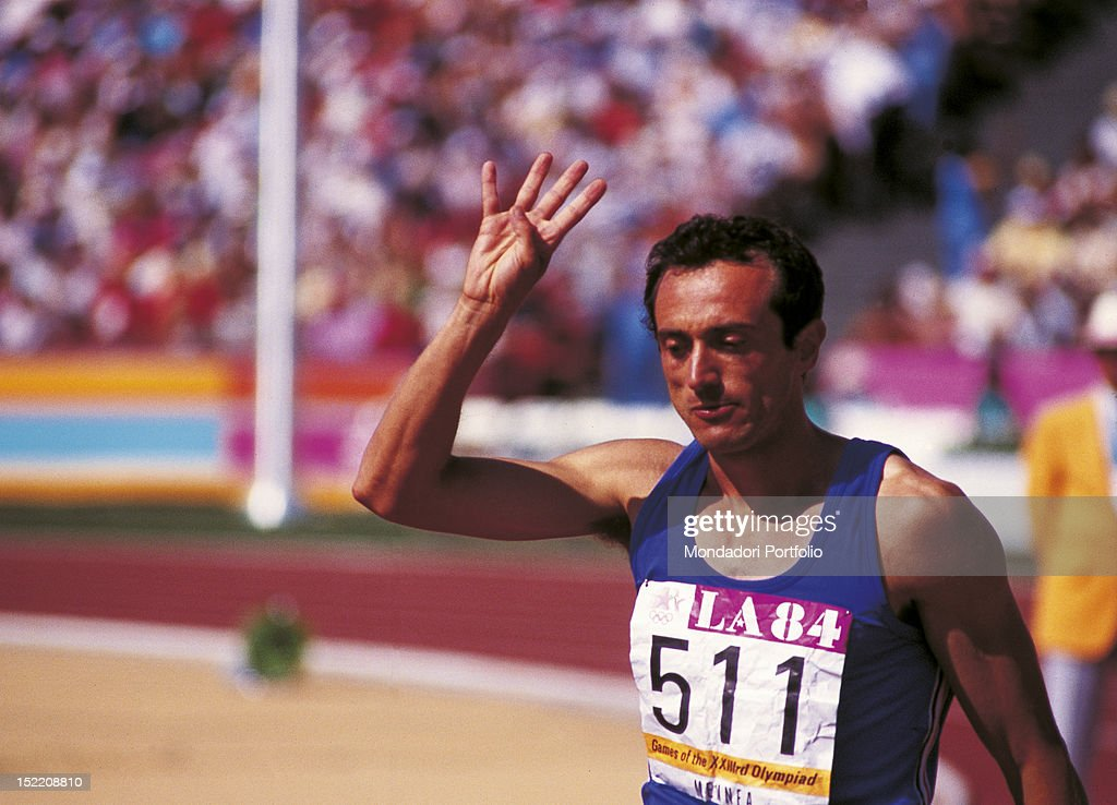 The Italian sprinter Pietro Mennea at Los Angeles Olympics indicating with his hand he has just reached the 200 metres final race for the fourth time consecutive. Los Angeles, 1984