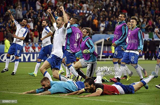 TOPSHOT The Italy squad celebrate a 20 victory following the Euro 2016 group E football match between Belgium and Italy at the Parc Olympique...