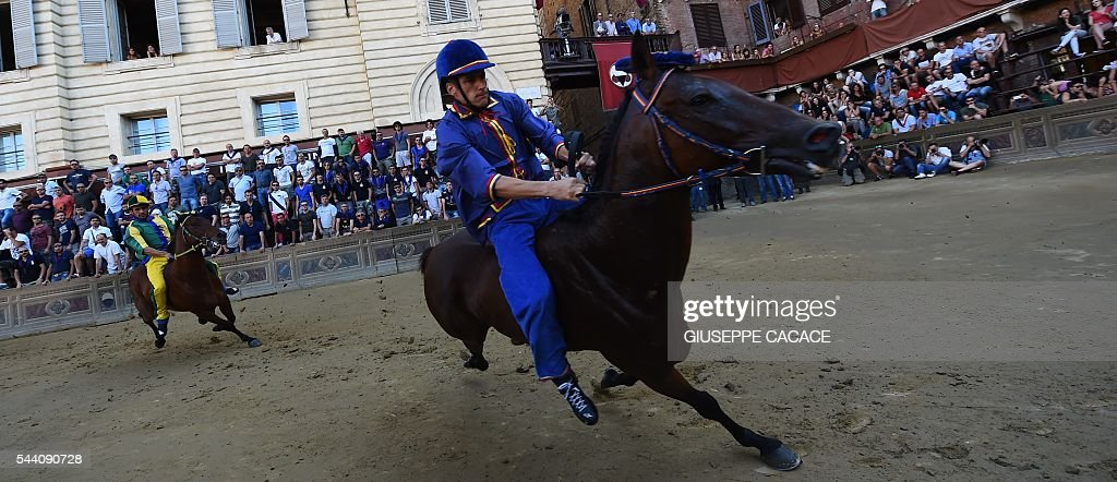 The jockey of the 'Contrada of Nicchio' competes during a pre-race trial of the historical Italian horse race of the Palio of Siena on July 1, 2016 in Siena. / AFP / GIUSEPPE