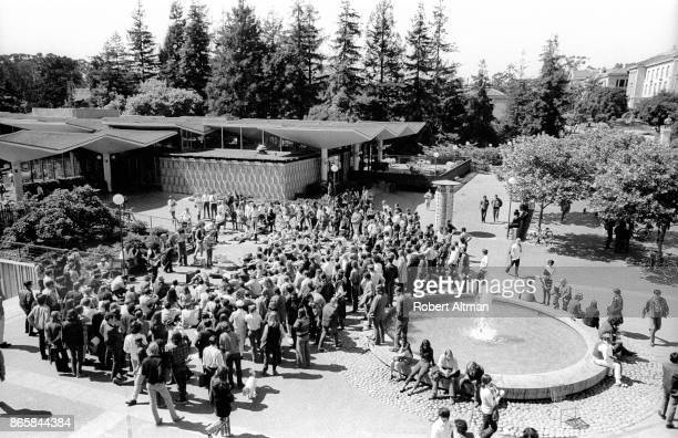 The Johnny Sunshine Pipe Joint Compound Jug Band performs on the UC Berkeley Campus on May 18 1969 in Berkeley California JOHNNY SUNSHINE PIPE JOINT...