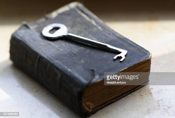 La chiave Sdraiato su un vecchio libro/Bibbia