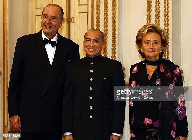 The King of Cambodia Norodom Sihamoni accompanied by French President Jacques Chirac and his wife Bernadette greet guests at a gala dinner in his...