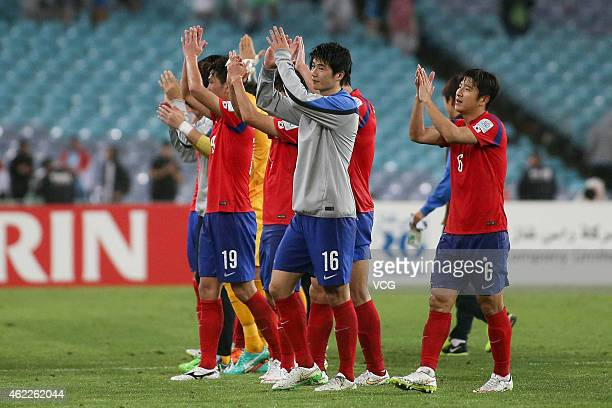 The Korea Republic acknowledge the crowd after winning the Asian Cup Semi Final match between Korea Republic and Iraq at ANZ Stadium on January 26...