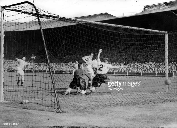 The last minute goal that gave Blackpool a 43 victory over Bolton in the Cup Final William Perry was the scorer of the winning goal