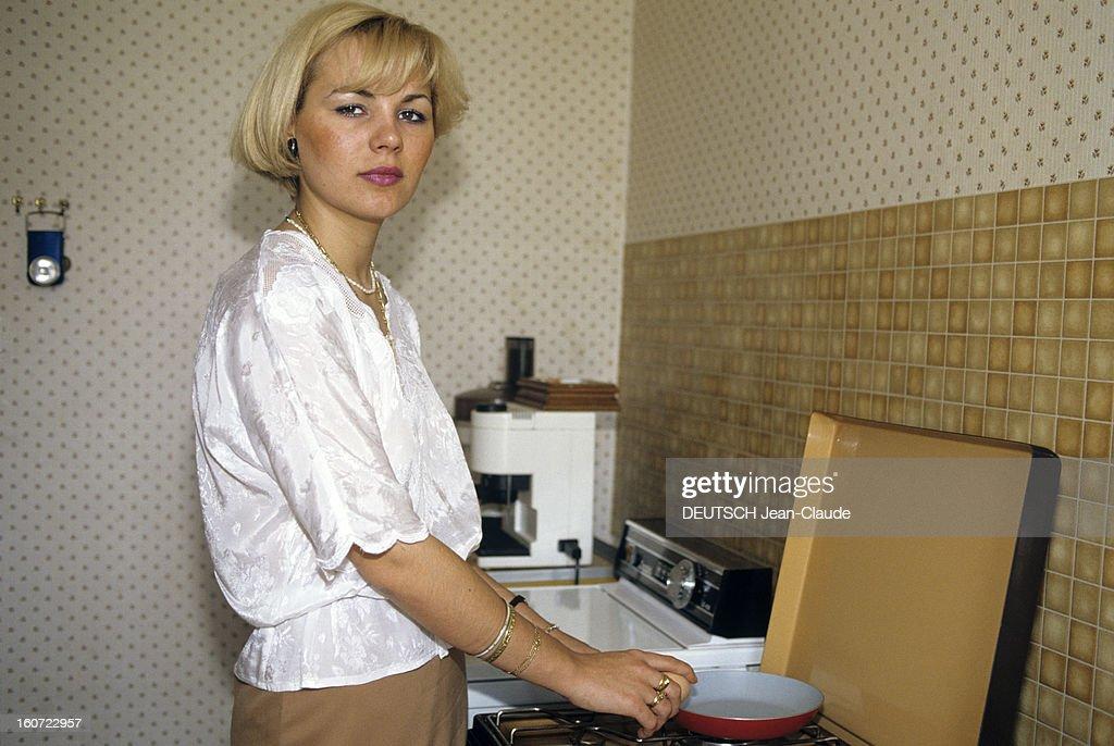 The Last Stand Of Corinne. juin 1984- Portrait de Corinne, faisant la cuisine. La justice lui a refusé le droit d'avoir un enfant de son époux mort d'un cancer alors qu'il lui avait fait un dépôt de sperme avant sa disparition. .