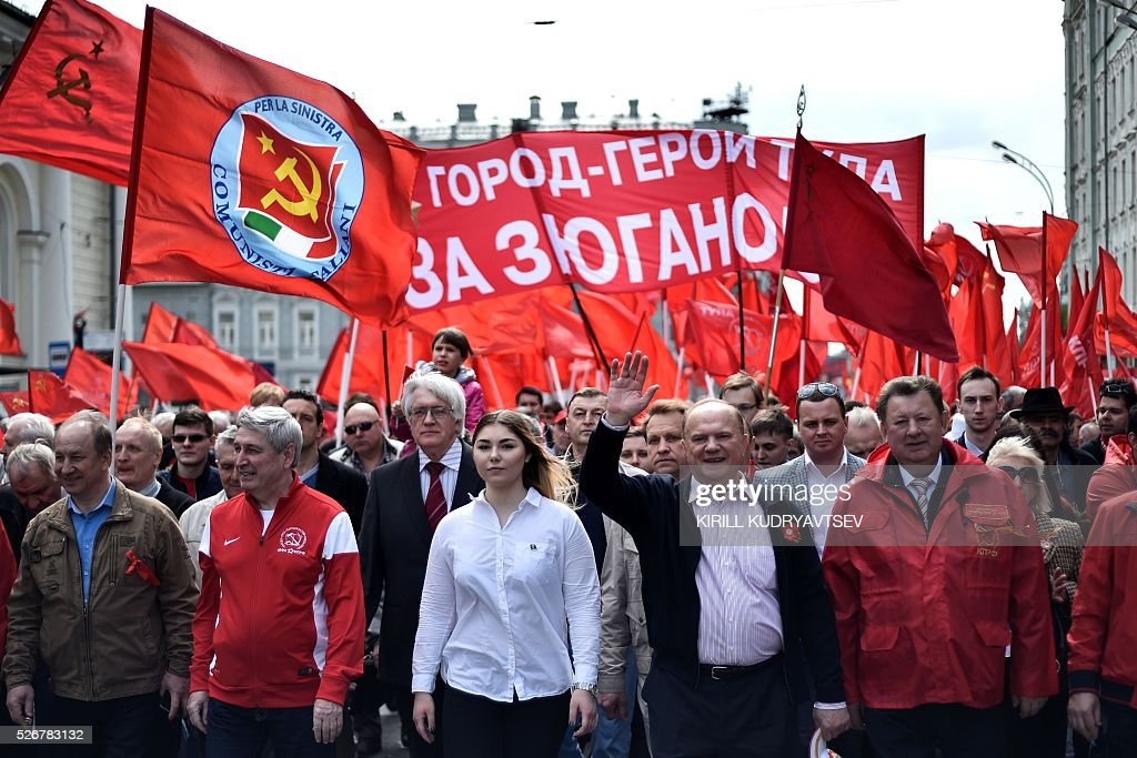The leader of the Russian Communist Party Gennady Zyuganov (front 2nd R) and other activists attend a May Day rally in central Moscow on May 1, 2016. / AFP / KIRILL