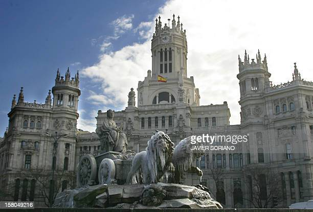 The lions of Goddess Cibeles' fountain in Madrid freeze due to a wave of cold weather at Cibeles Square in Madrid 01 March 2005