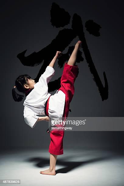 La niña está practicando Taekwondo.