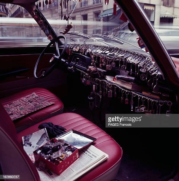 The Madness Of Keyring En France à l'avant d'une voiture le tableau de bord couvert d'une collection de porteclés