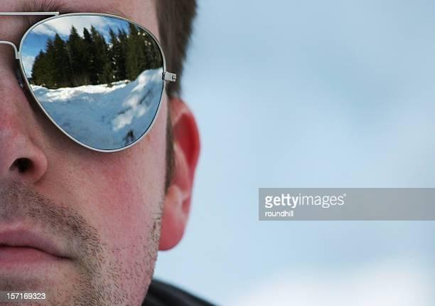 Homme dans des lunettes de soleil et miroir