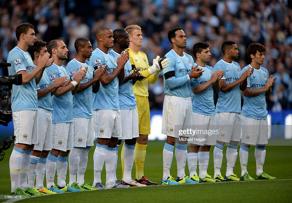 Hilo del Manchester City The-manchester-city-players-applaud-the-memory-of-bert-trautmann-the-picture-id176924619