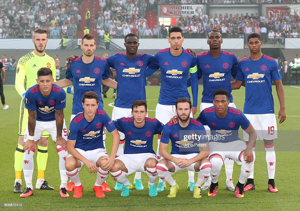Hilo del Manchester United The-manchester-united-players-line-up-for-a-team-photo-prior-to-the-picture-id605872412