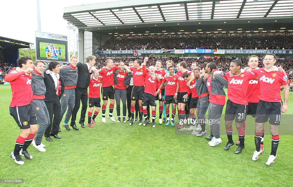The Manchester United squad celebrates winning the Premier League title after the Barclays Premier League match between Blackburn Rovers and Manchester United at Ewood Park on May 14, 2011 in Blackburn, England.