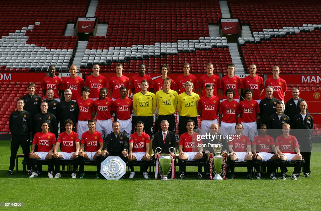 Hilo del Manchester United The-manchester-united-squad-pose-during-the-clubs-official-annual-at-picture-id83144256
