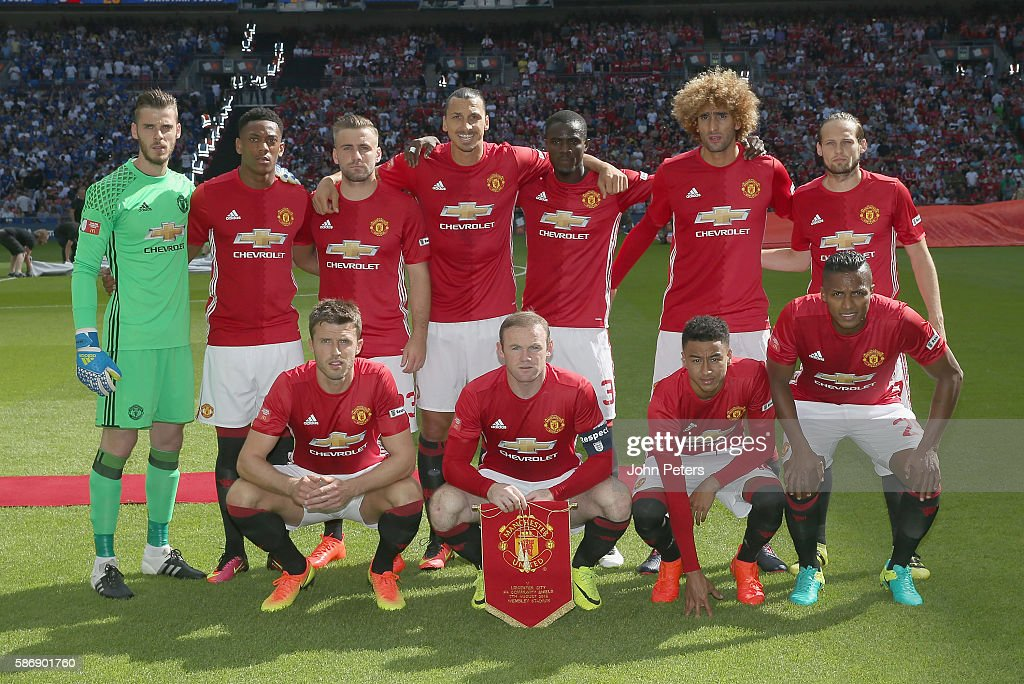 Hilo del Manchester United The-manchester-united-team-lines-up-ahead-of-the-fa-community-shield-picture-id586901760