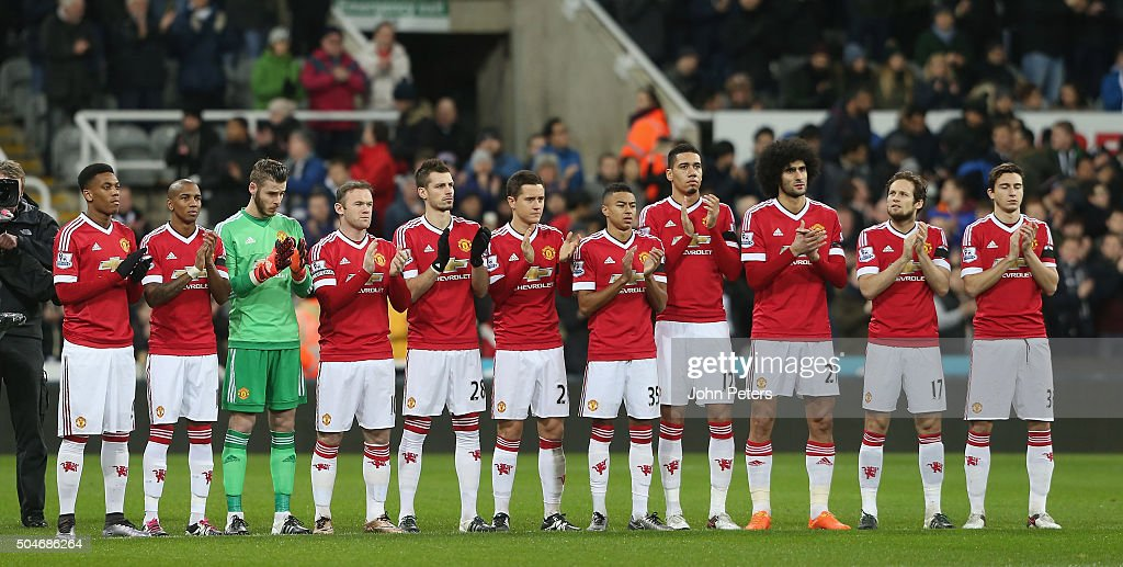 Hilo del Manchester United The-manchester-united-team-take-part-in-a-minutes-applause-for-former-picture-id504686264