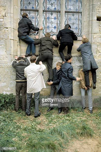 The Marriage Of Johnny Hallyday And Sylvie Vartan In Loconville Loconville 12 avril 1965 Des curieux se faisant la courte échelle pour tenter...