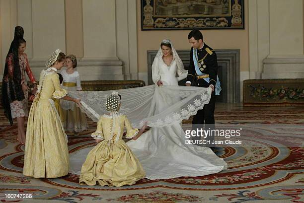 The Marriage Of Prince Felipe Of Spain Le mariage du prince FELIPE et de Letizia ORTIZ le jeune marié aidant son épouse à arranger le long voile de...