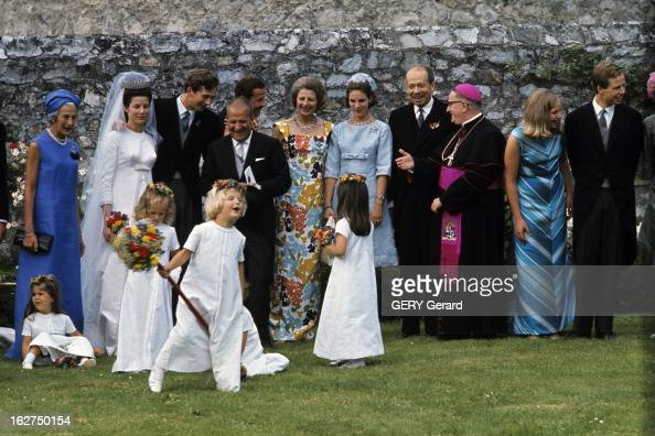 The Marriage Of Prince HansAdam Of Liechtenstein With Mary Kinsky Von Wchinitz Und Tettau Vaduz 30 juillet 1967 Dans un jardin à l'occasion de leur...