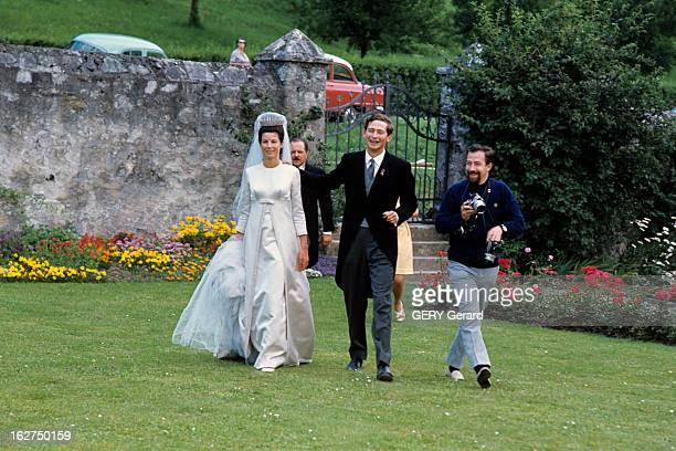 The Marriage Of Prince HansAdam Of Liechtenstein With Mary Kinsky Von Wchinitz Und Tettau Vaduz 30 juillet 1967 Lors de leur mariage marchant dans un...