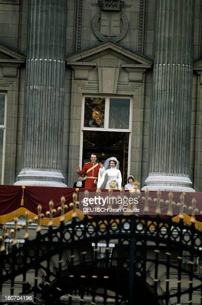 The Marriage Of Princess Anne Of England And Captain Mark Phillips sur le balcon du palais de Buckingham de gauche à droite le prince Andrew page de...