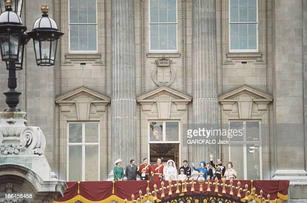 The Marriage Of Princess Anne Of England With Mark Phillips Londres 14 décembre 1973 Saluant au balcon du palais de Buckingham Madame et Monsieur...