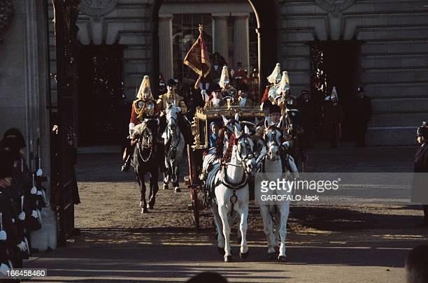 The Marriage Of Princess Anne Of England With Mark Phillips Londres 14 décembre 1973 Sortant du palais de Buckingham le carrosse transportant le...