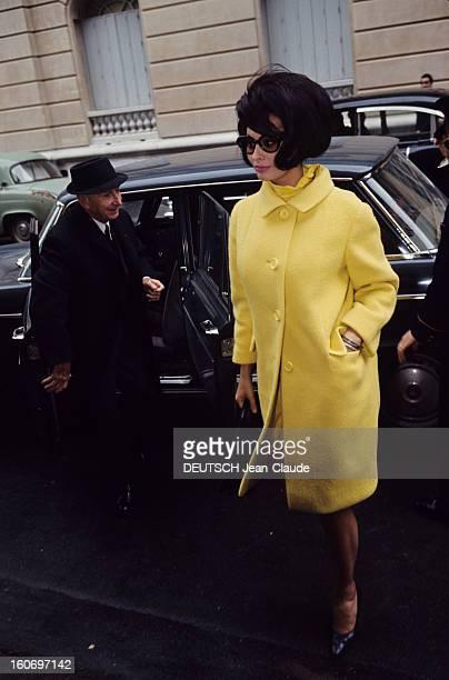 The Marriage Of Sophia Loren And Carlo Ponti Sophia LOREN vêtue d'un manteau jaune portant des lunettes noires traverse une rue