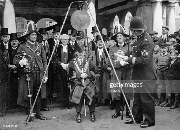 The mayor of High Wycombe is weighed for his inauguration according to the regional tradition Photograph November the 9th 1932 [Der Brgermeister von...