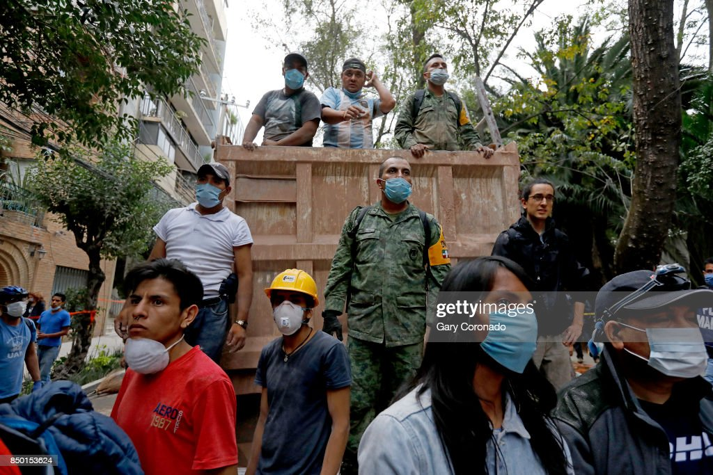 The Mexican Army along side civilians load debris while search and rescue continues for people in a collapsed six story residential building in Colonia Condesa, in Mexico City, on Sept. 20, 2017. A powerful 7.1 earthquake rocked central Mexico on Tuesday, collapsing homes and bridges across hundreds of miles, killing at least 225 people.
