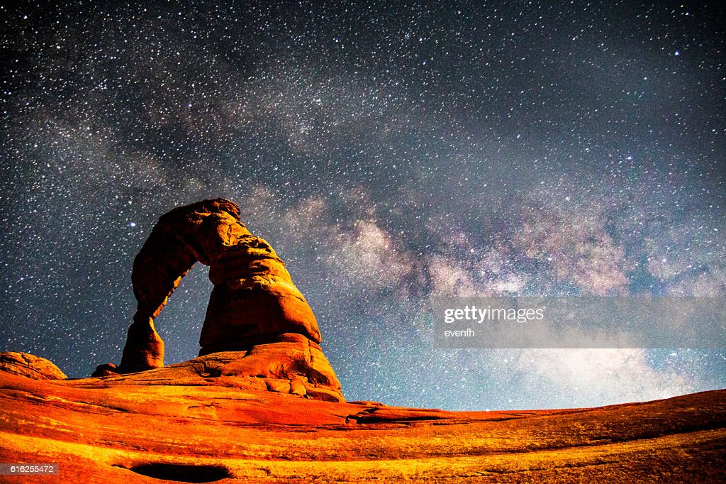The Milky Way above Delicate Arch, Arches National Park : Foto de stock