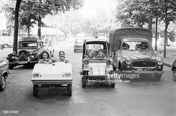 The Mini Cars Vogue In Paris En France sur une avenue bordée d'arbres des jeunes femmes souriantes roulant à bord de de modèles différent de...