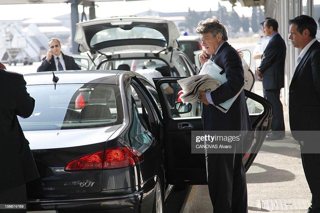 The Minister Of Ecology Jean-louis Borloo. Jeudi 30 septembre 2010, sur le tarmac de l'aéroport de Marseille : Jean-Louis BORLOO, ministre de l'Ecologie, de l'Energie, du Développement durable et de la Mer, portable à l'oreille, s'apprête à monter dans une voiture qui doit le conduire au Forum international Villes Nouvelles, pour des métropoles durables, où il doit intervenir aux côtés de Fadela Amara.