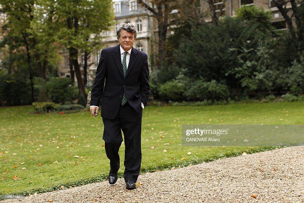 The Minister Of Ecology Jean-louis Borloo. Paris, samedi 2 octobre 2010 : Jean-Louis BORLOO, ministre de l'Ecologie, de l'Energie, du Développement durable et de la Mer, reçoit l'équipe de 'Paris Match' au ministère de l'Ecologie, boulevard Saint-Germain : plan de face, marchant dans le jardin.